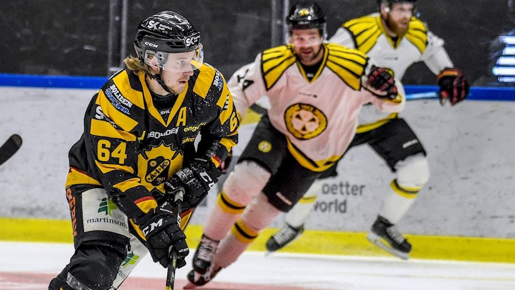 Jonathan Pudasi Skellefteå AIK går till anfall mot Brynäs under match i Svenska Hockeyligan.