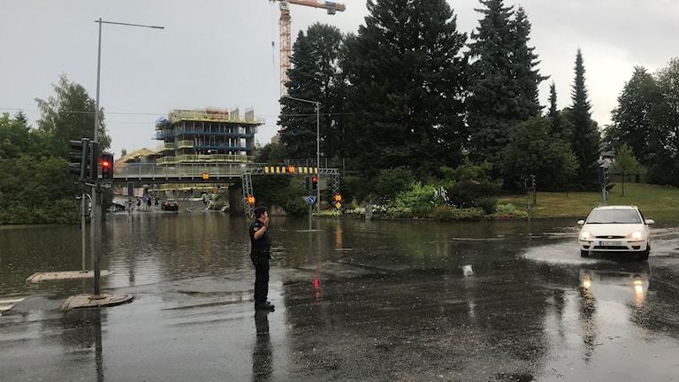 Ett kraftigt skyfall stoppade trafiken i Umeå
