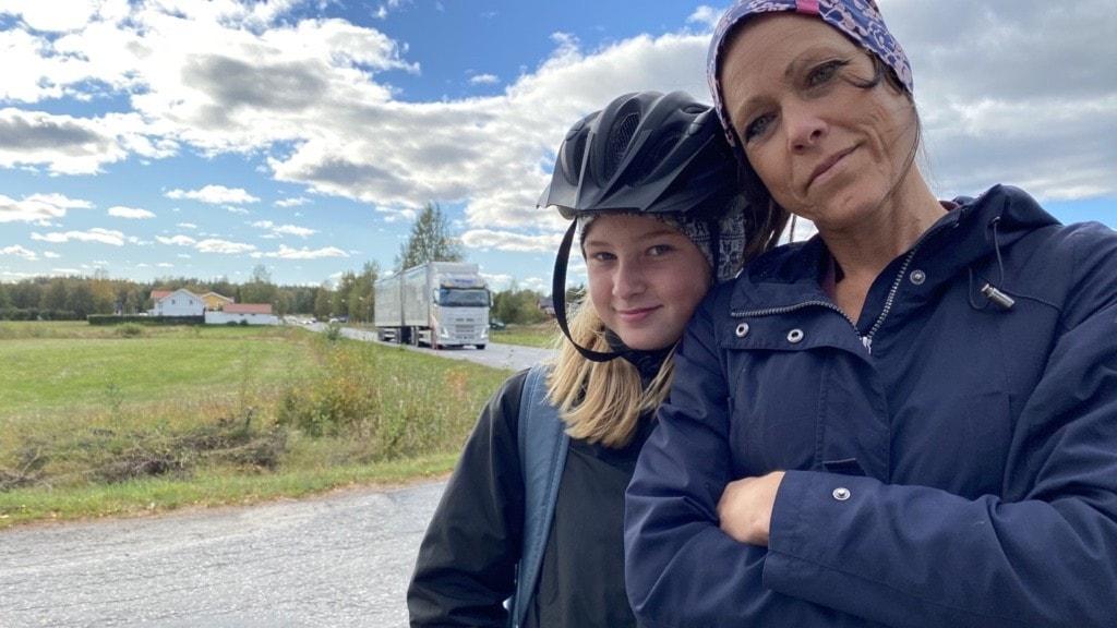 En vuxen kvinna med sin dotter, 11 år. Dottern har cykelhjälm och båda är klädda i marinblått.