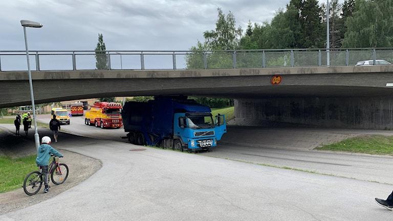 Lastbil fastkilad i viadukt.
