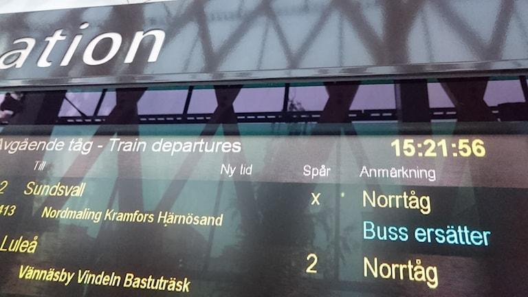 "Skylt på järnvägsstation ""Norrtåg: Buss ersätter""."