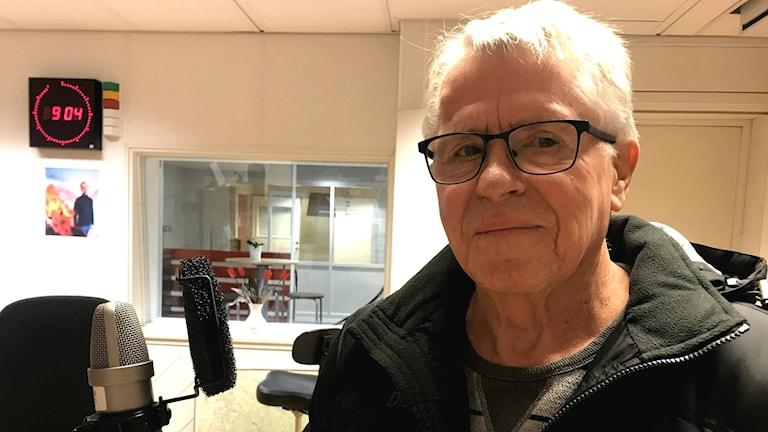 Göran Andersson, 75, från Robertsfors, i studion.