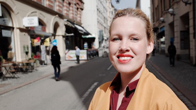 Porträtt Anna Gullstrand i gatumiljö