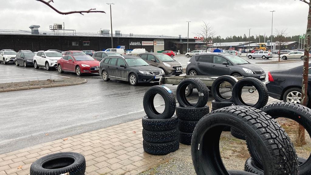 Kö utanför drop-in däckbyte i Skellefteå.