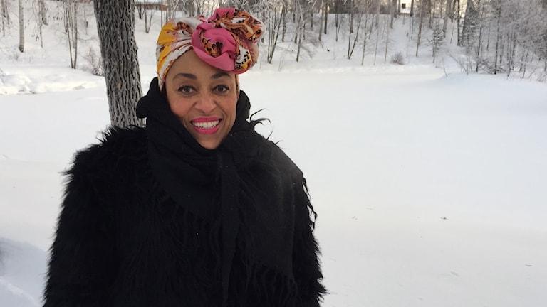 Västerbottensteaterns VD Fransesca Quartey varmt klädd en kall dag i snöig park vid Medlefors i Skellefteå.