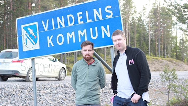 Hjalmar och Martin vid en vägskylt i Vindeln