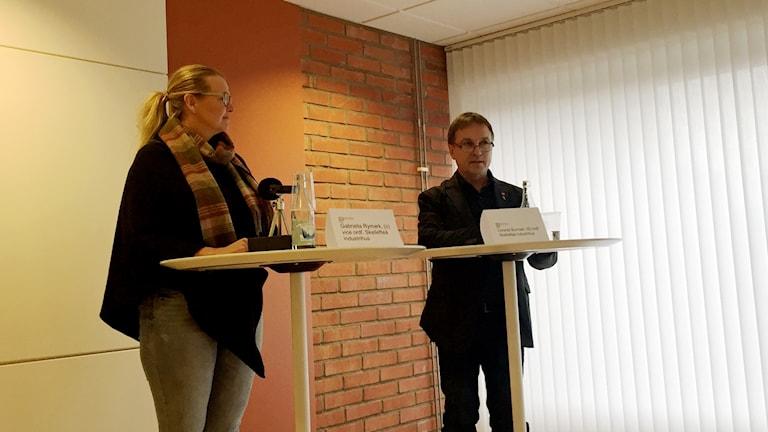 Gabriella Rymark C och Lorents Burman S på presskonferens