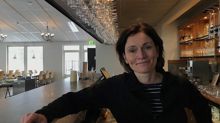 Helena Lundgren vid bardisken på hotell Forsen i Vindeln.