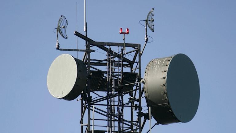 En militär radiomast mot blå himmel