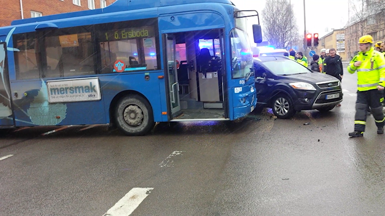 Bil och buss i krock