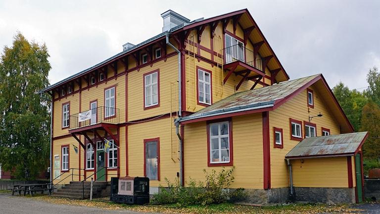 Hällnäs stationshus nymålat 2017