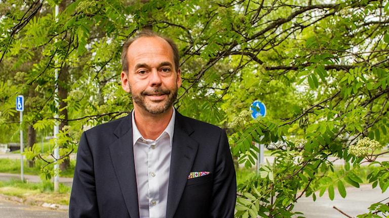 Jerker Eriksson framför ett träd