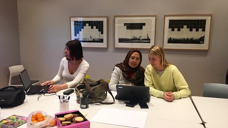 Nihad Alidan, Leila Husseini och Sara Wikman på IT-språkcafé på Väven i Umeå.