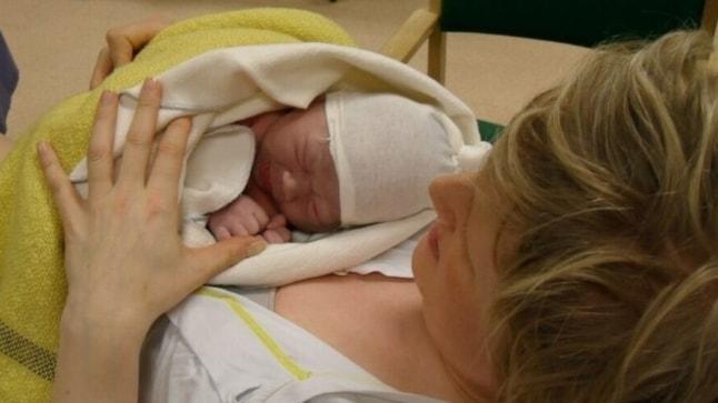 Trude K Westgaard med sin nyfödda lilla son på sjukstugan i Åsele.