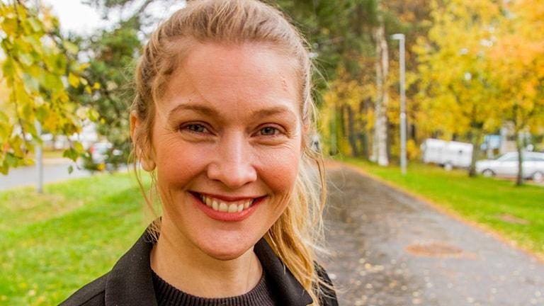 Pia Johansson stylist på en cykelbana utanför radiohuset