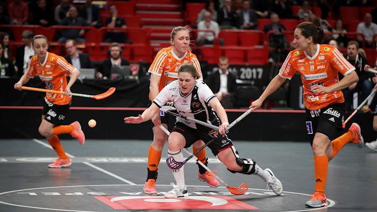 Moras Johanna Holmbom (mitten, vit) faller då hon stoppas av Iksus Malgorzata Pazios (88) och Corin Rüttimann (19) under damernas SM-final i innebandy mellan Iksu Innebandy och Kais Mora IF i Globen i Stockholm.