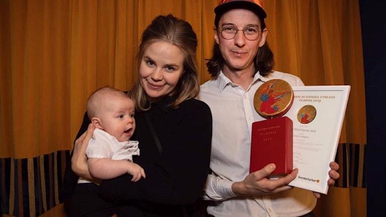 Baby, kvinna och man med filmpris