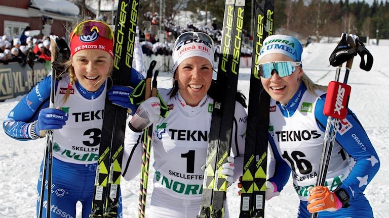 Medaljörerna Stina Nilsson (Silver), Charlotte Kalla (guld) och Jonna Sundling (brons)