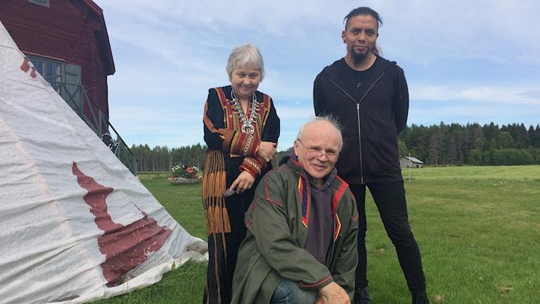 Familjen Anita, John och Tomas Ponga visar upp sina verk i form av textil, målningar och musik under urfolksveckan i Logen Tövalite, Robertsfors