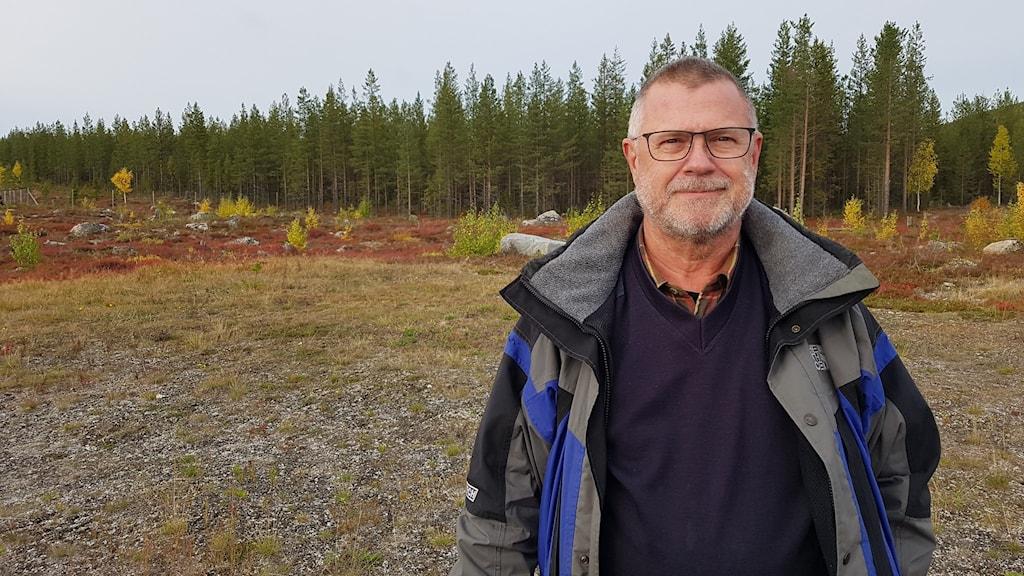 Pelle Scherdin, suppleant i styrelsen för Svenska fallskärmsförbundet står i skogen.