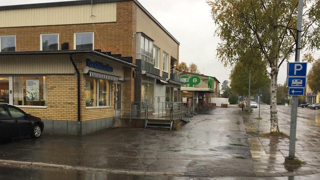 Regnet vilar tungt över handelsbankens kontor i Centrala Byske en höstdag.