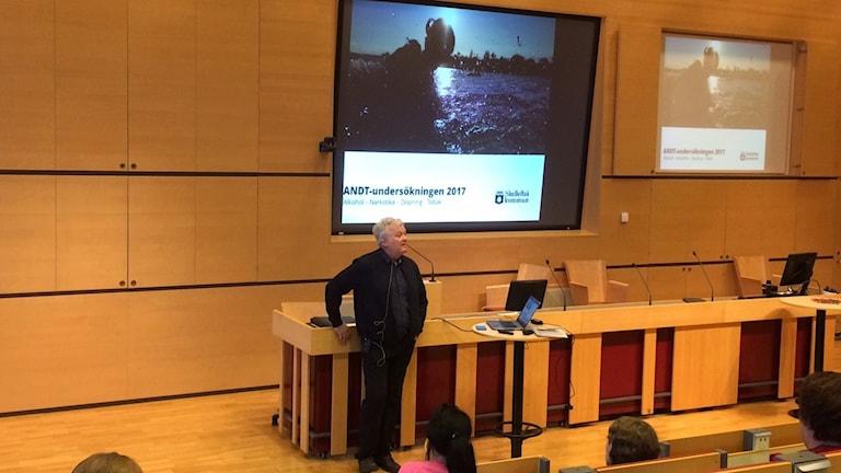 Stig Berggren visar elevers drogvanor