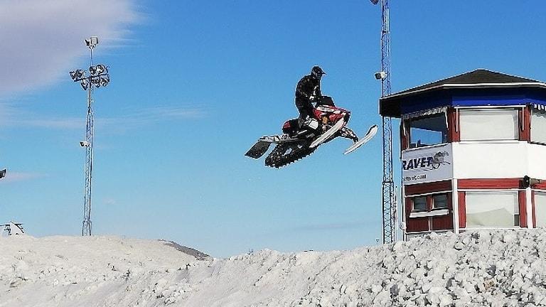 Oskar Norum hoppar med skotern under VM-tävlingen i Boden.
