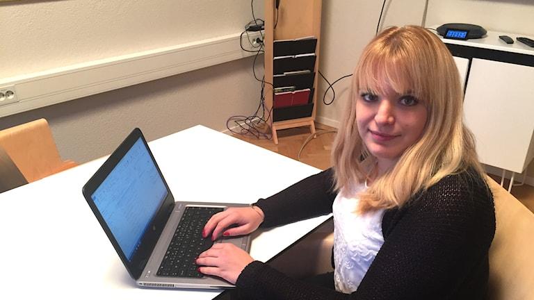 Madeleine Rinman vid sin dator