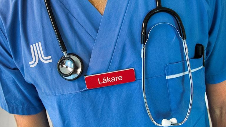 En läkare med ett stetoskop runt halsen