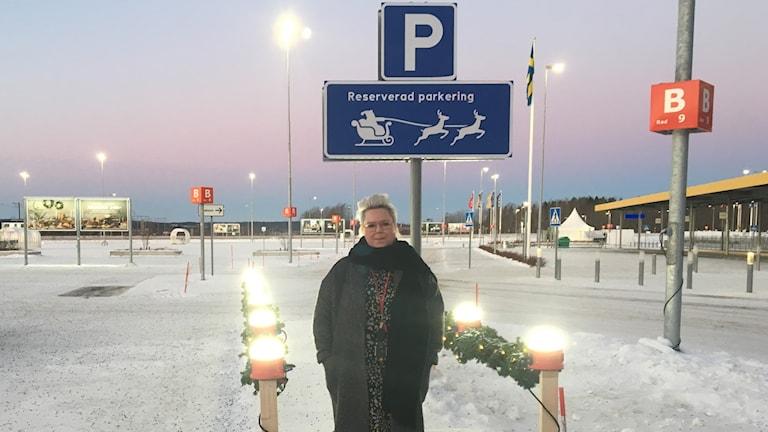 Mia Eskilsson, centrumchef på Avion, står vid tomteparkeringen