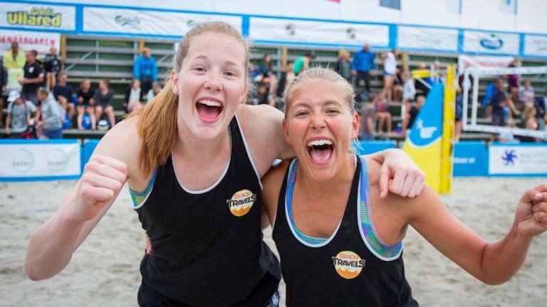 Två superglada tjejer som just tagit junior-guld i Beachvolley-SM.