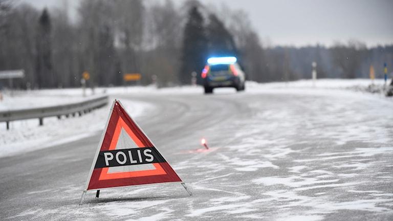 En varningsskylt utsatt vid en trafikolycka under vintern
