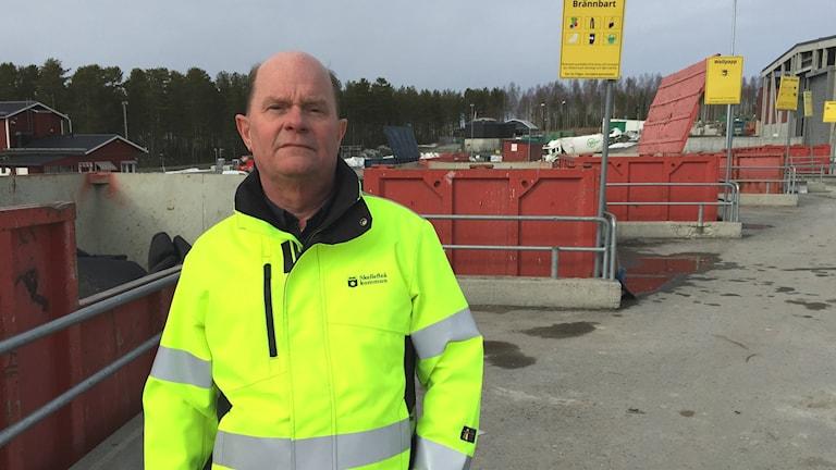 Tommy Marklund enhetschef vid renhållningen i Skellefteå kommun, intill container för brännbart avfall.