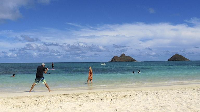 Några personer njuter på Lanikai Beach på Hawaii