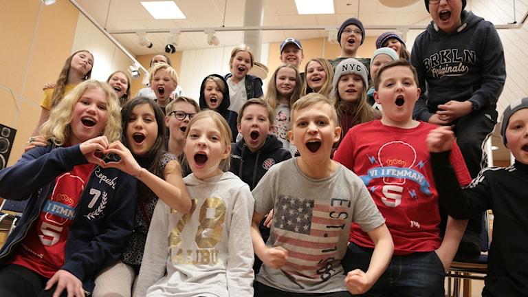 Sjöfruskolan klass 5 C firar vinsten med ett riktigt segervrål