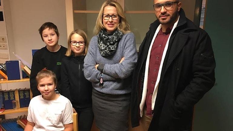 Elverna William Andersson, Liam Eriksson, Amber Johansson har temadag om att vara kompis tillsammans med Sara Johansson, fritidspedagog och Youssef Boukhris, pedagogisk reurs.
