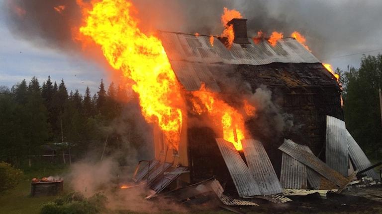 Ett hus brinner i Adak