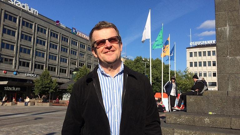 Kjell Herberts, forskare på Institutet för finlandssvensk samhällsforskning, på Salutorget i Vasa