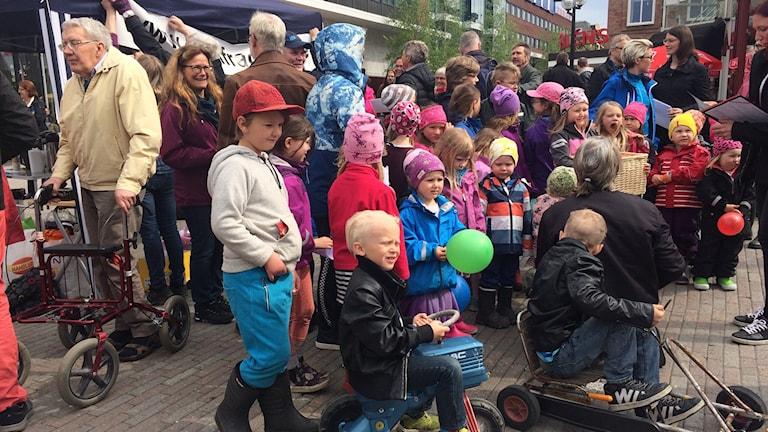 På Rådhustorget samlades gammal som ung till stöd för byaskolorna. Foto: Lillemor Strömberg/Sveriges Radio.
