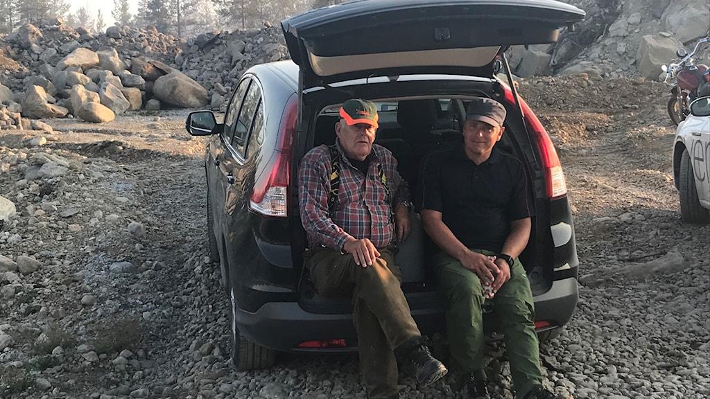 Karl Uno Vestrin och Kristoffer Lindblom är två av dem som sköter bevakningen efter branden i Olofsfors.