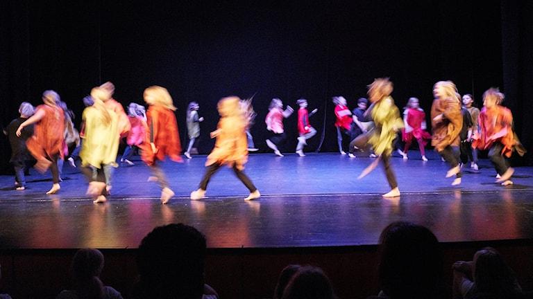 Elever från Stackgrönnan dansar under invigningen av Dansbiennalen 2018 i Skellefteå