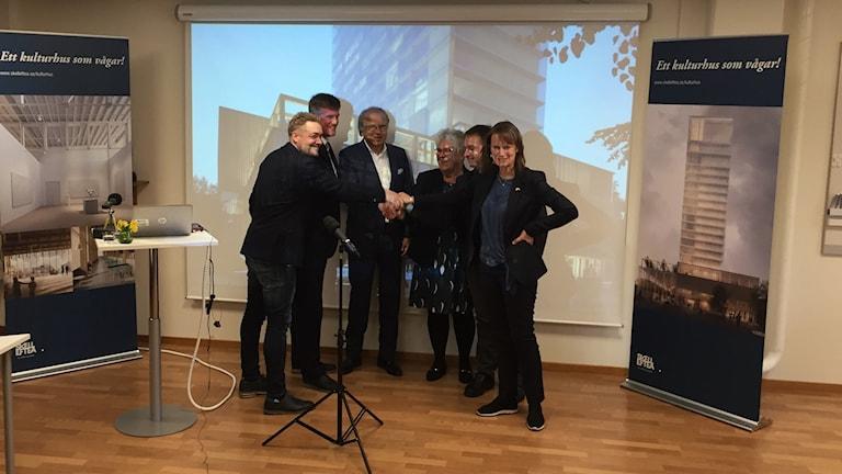 Symboliskt handslag, alla avtal klara för kulturhuset i Skellefteå