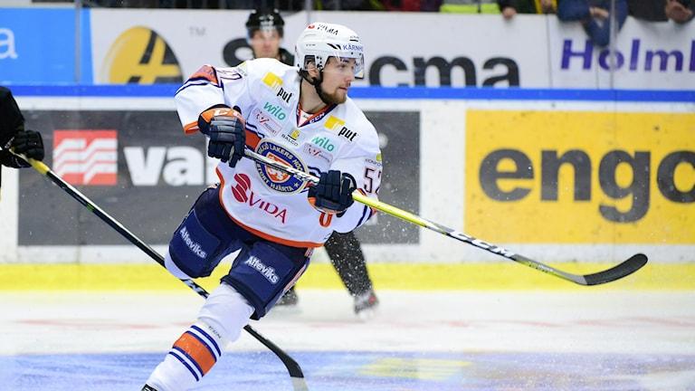 Arvid Lundberg tittar fokuserat efter var pucken tagit vägen i en match då han spelade för Växjö.