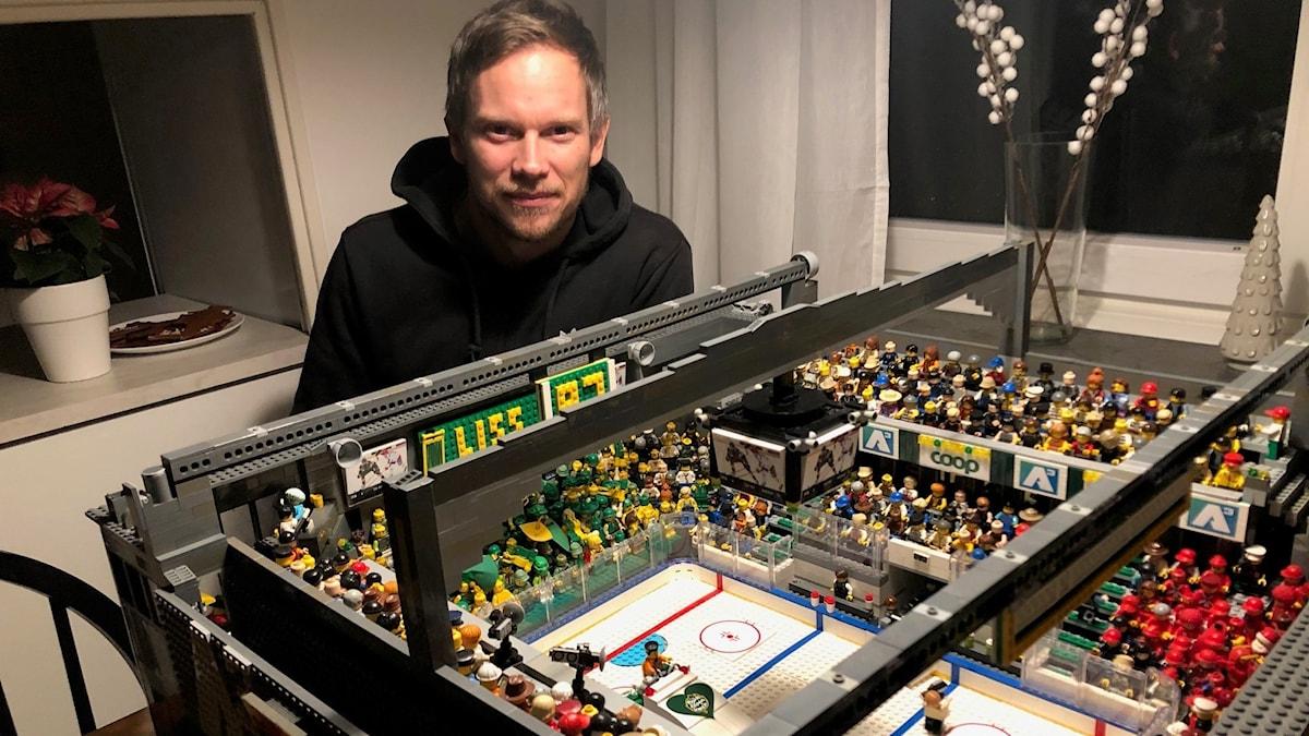 Lars Bergström med sitt enorma legobygge.