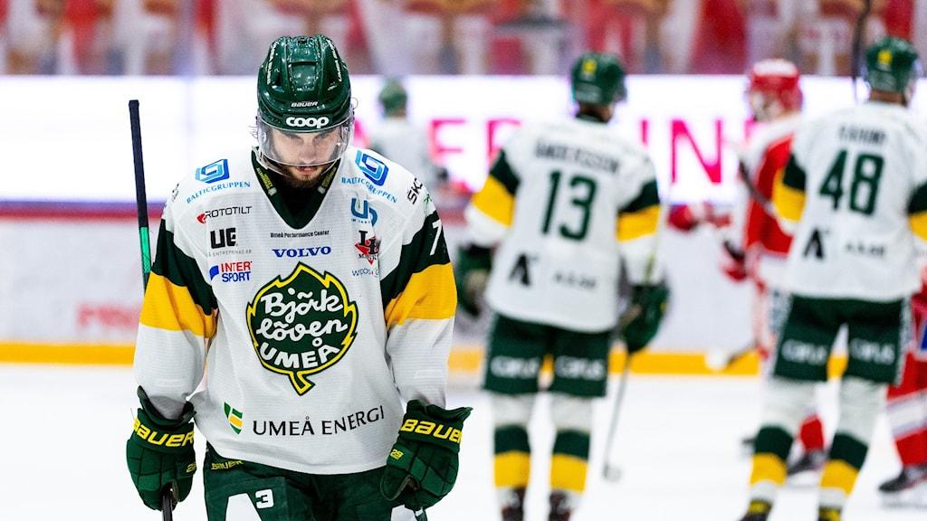 Björklövens Alexander Hellström deppar på isen.