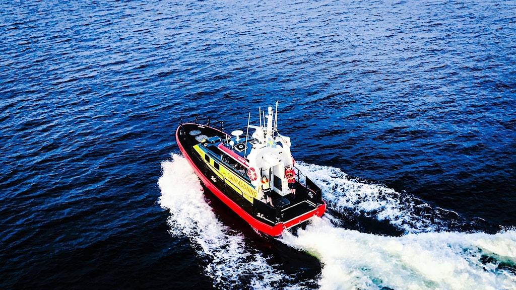Sjöräddningens båt som kör över havet.