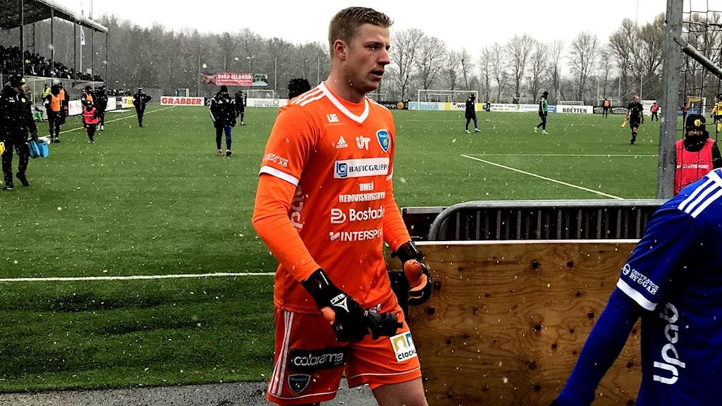 Viktor Frodig målvakt i Umeå FC går av planen efter match med snön fallande.