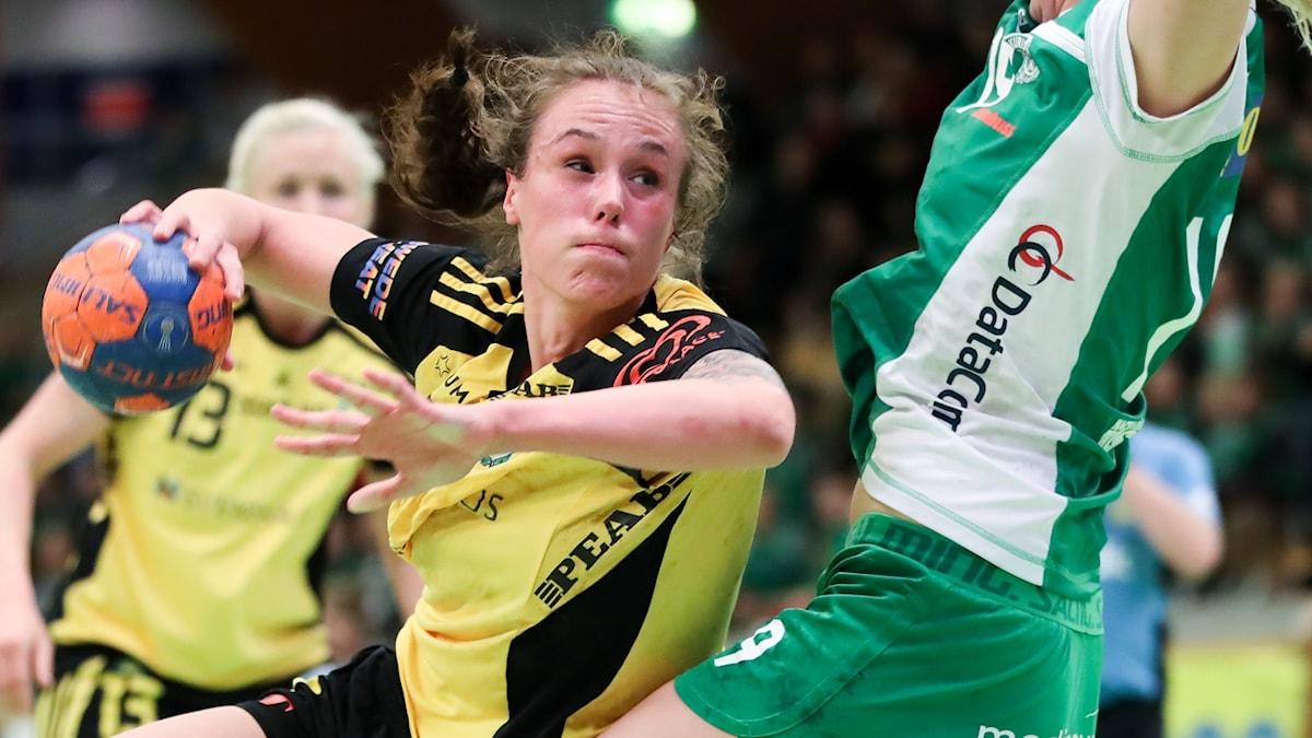 Thess Krönell som kastar en handboll