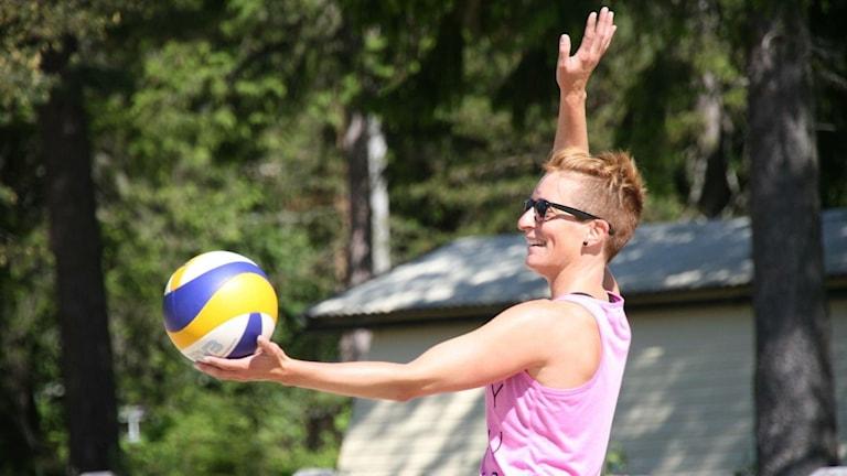 Linda Hjortborg spelar beachvolleyboll i sommarsolen