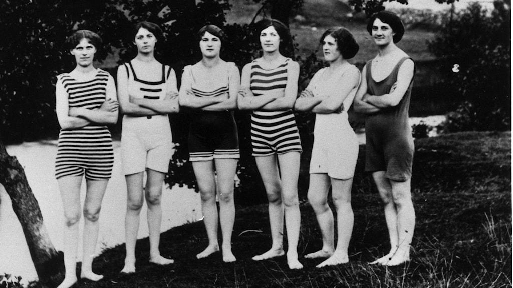 Sex personer visar badkläder från förr